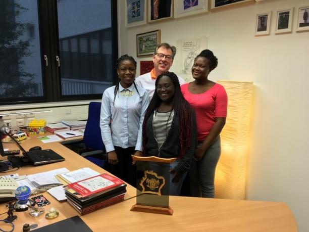 v. l. n. r.: Francine, Raïssa und Ruth zu Besuch bei Prof. Dr. Thorsten Benter